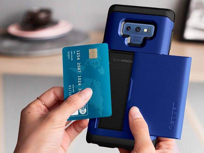 Uma capinha de celular que guarda seus cartões (Spigen Slim)