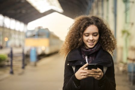 garota mexendo no celular